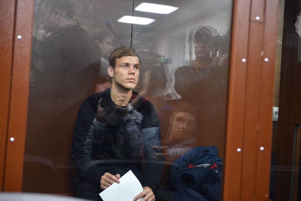 Сказочные футболисты. Кокорин и Мамаев присели еще на два месяца
